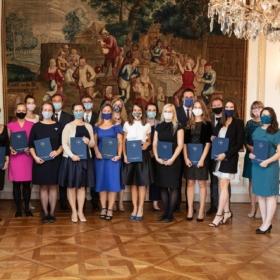 Promoce 29. ročníku proběhly na francouzském velvyslanectví za přísných hygienických opatření