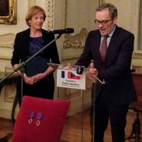 """Prof. Fibírová získala vyznamenání """"Chevalier dans l´Ordre des Palmes Académiques"""""""